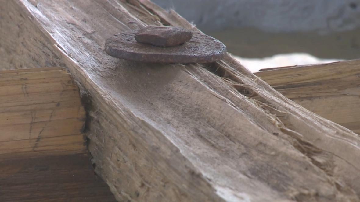 Kříž pro papeže vytvořený z krovů kostela v Moravské Nové Vsi