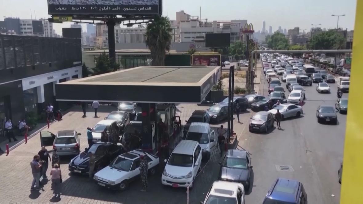 Nekonečné kolony aut, která míří do jediného cíle - čerpací stanice. Pohonné hmoty se v Libanonu staly vzácným zbožím a lidé na ně čekají i několik hodin.