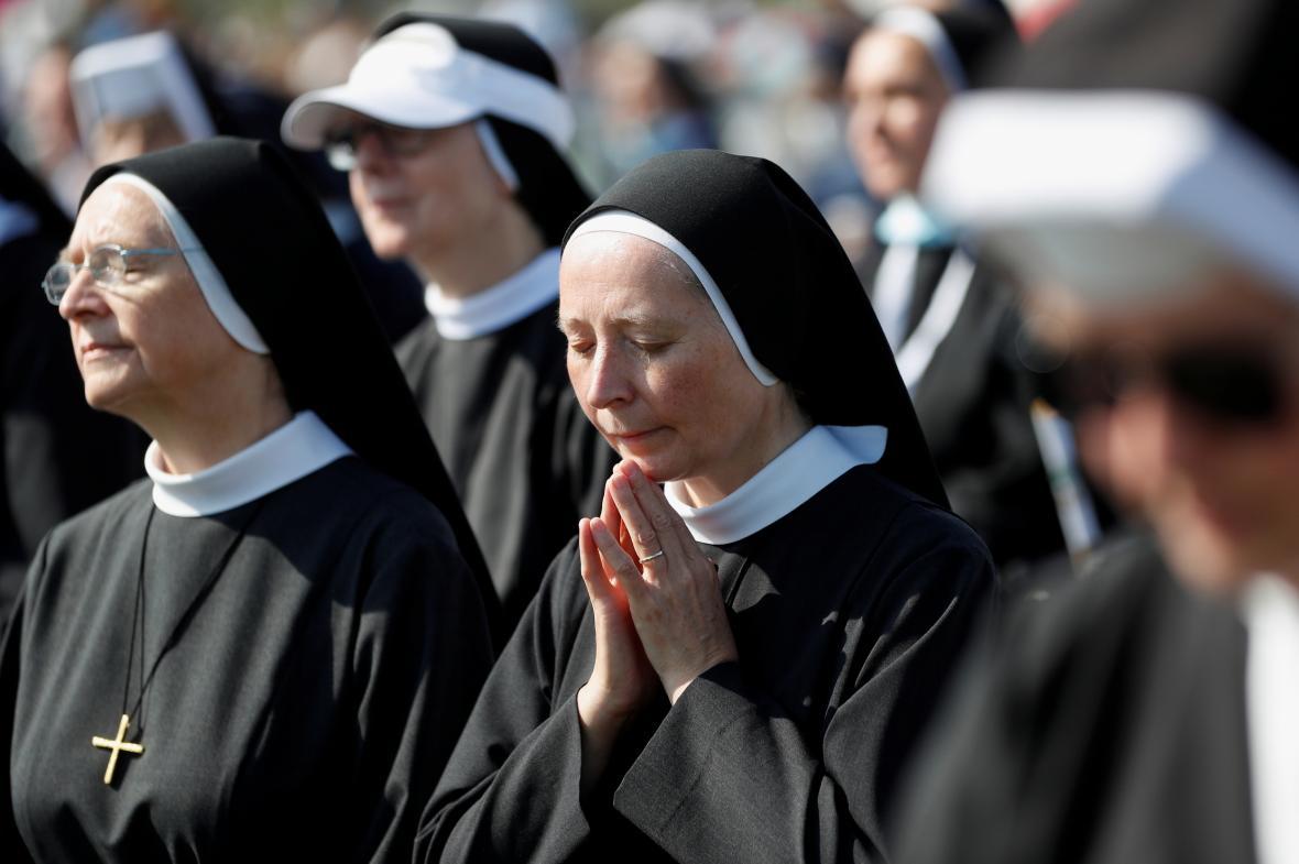 Řádové sestry během mše svaté sloužené papežem Františkem