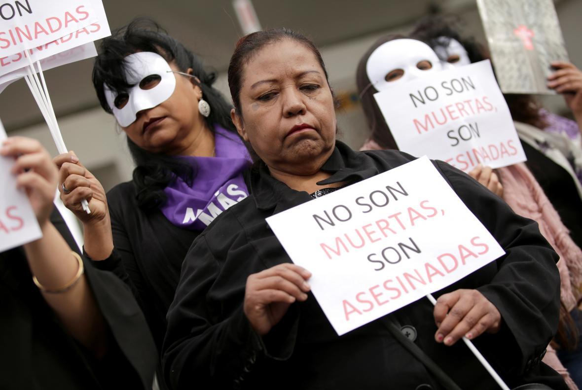 Žena na protestech k Mzeinárodnímu dni žen v Hondurase drží slogan s nápisem
