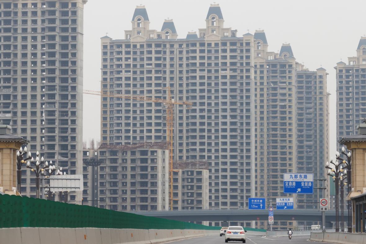 Nedokončené budovy obytného komplexu společnosti Evergrande Group v Luo-jangu