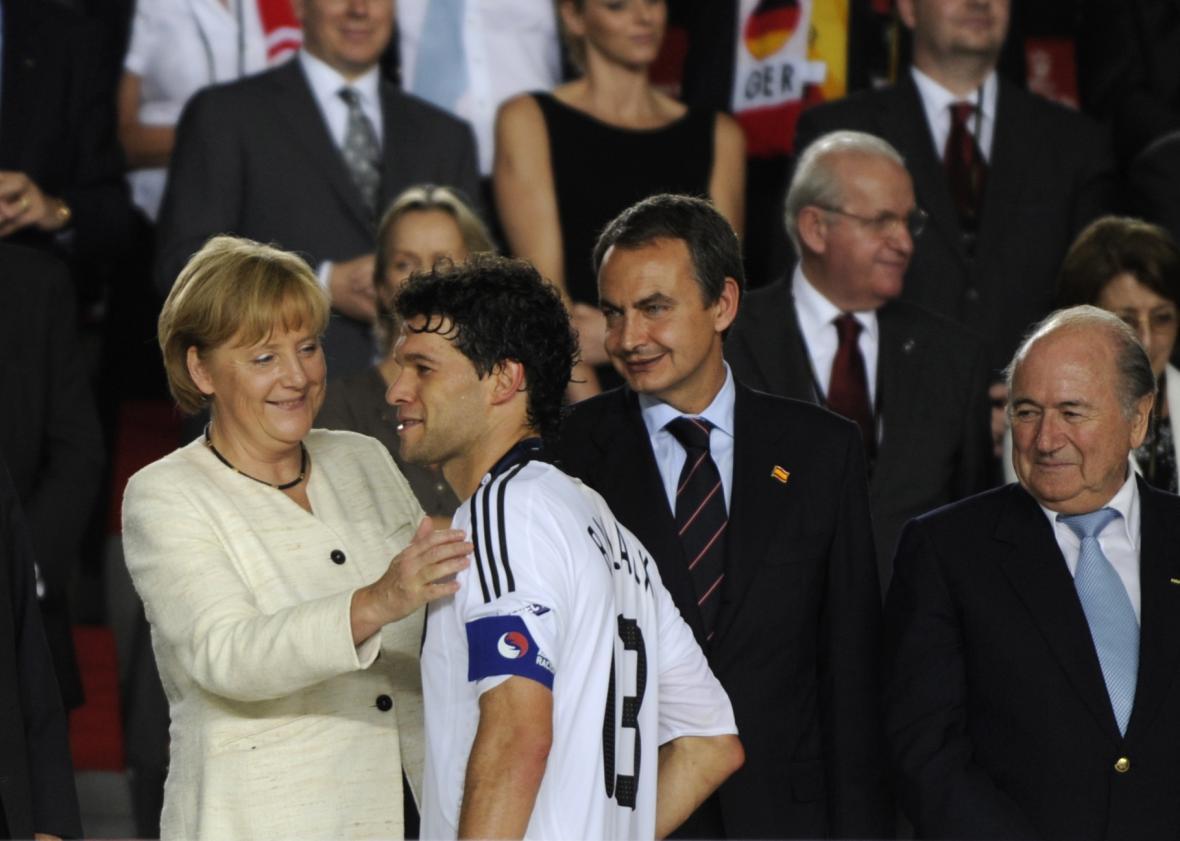 Angela Merkelová a kapitán německé reprezentace Michael Ballack po finále EURA 2008, ve kterém Němci prohráli se Španělskem