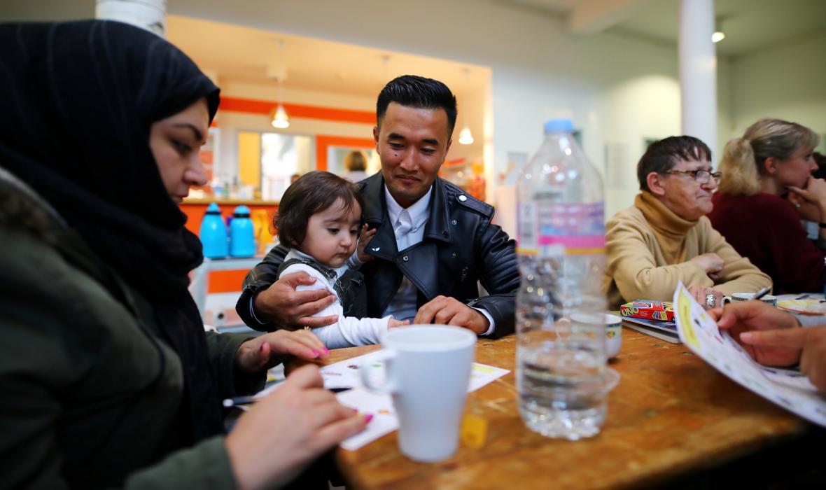 Afghánská rodina se v jedné z berlínských kaváren účastní jazykového kurzu