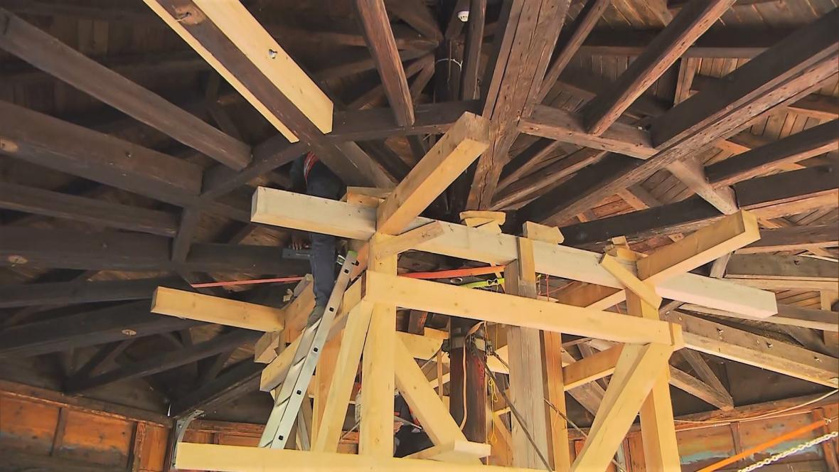 Restaurátoři opravují konstrukci kolotoče