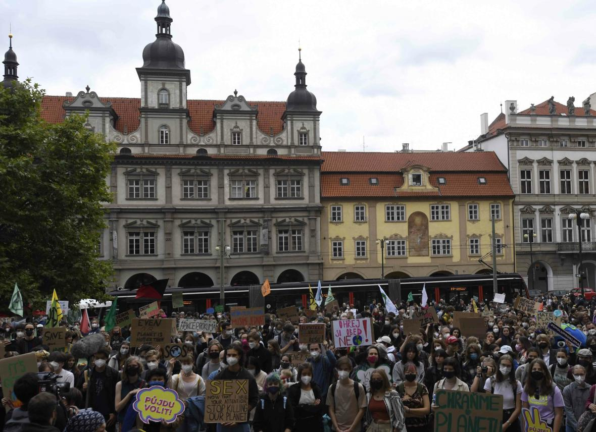 Demonstranti na Malostranském náměstí v Praze