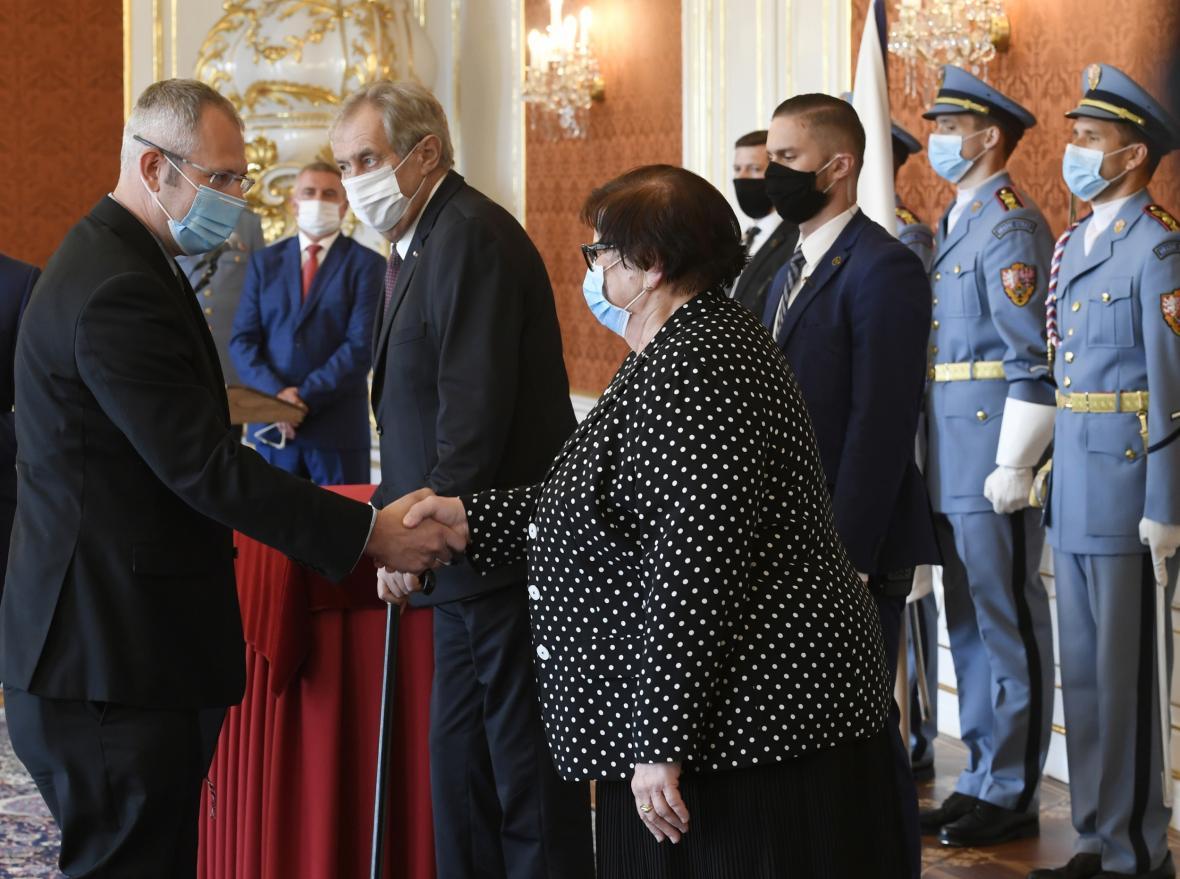 Alexandr Krysl si potřásá rukou s ministryní Marií Benešovou při svém jmenování v létě 2020