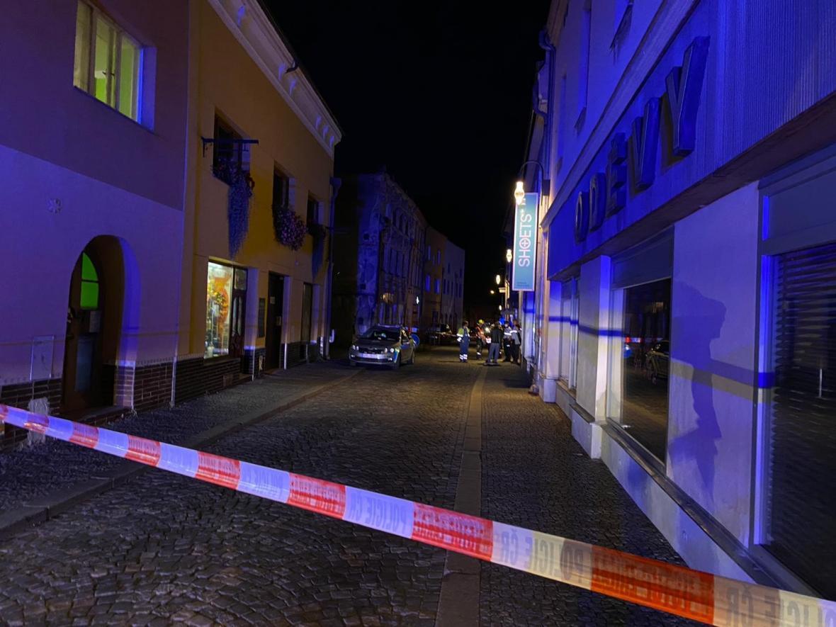 Policisté po výbuchu uzavřeli ulici 1. Máje v Litovli
