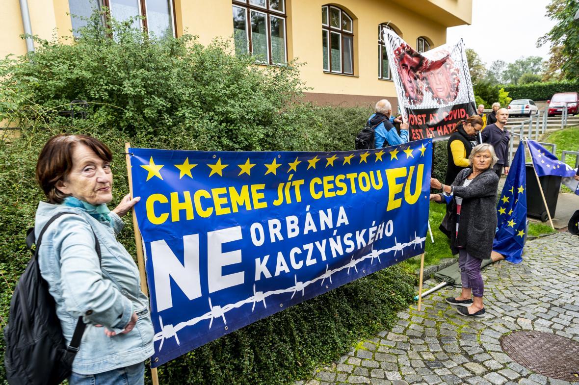 Demonstranti čekají u stanice lanovky na Větruši na premiéra Andreje Babiše (ANO) a maďarského premiéra Viktora Orbána