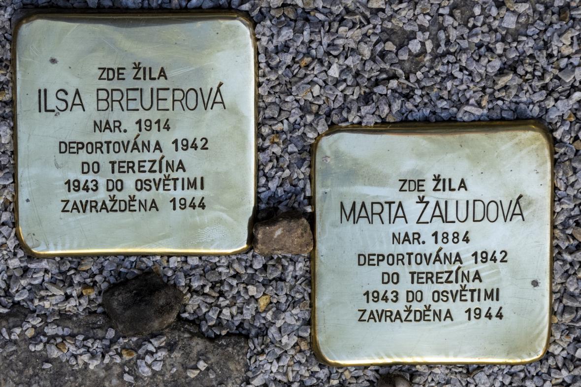 Kameny zmizelých v Českém Krumlově připomínají Martu Žaludovou a Ilsu Breuerovou