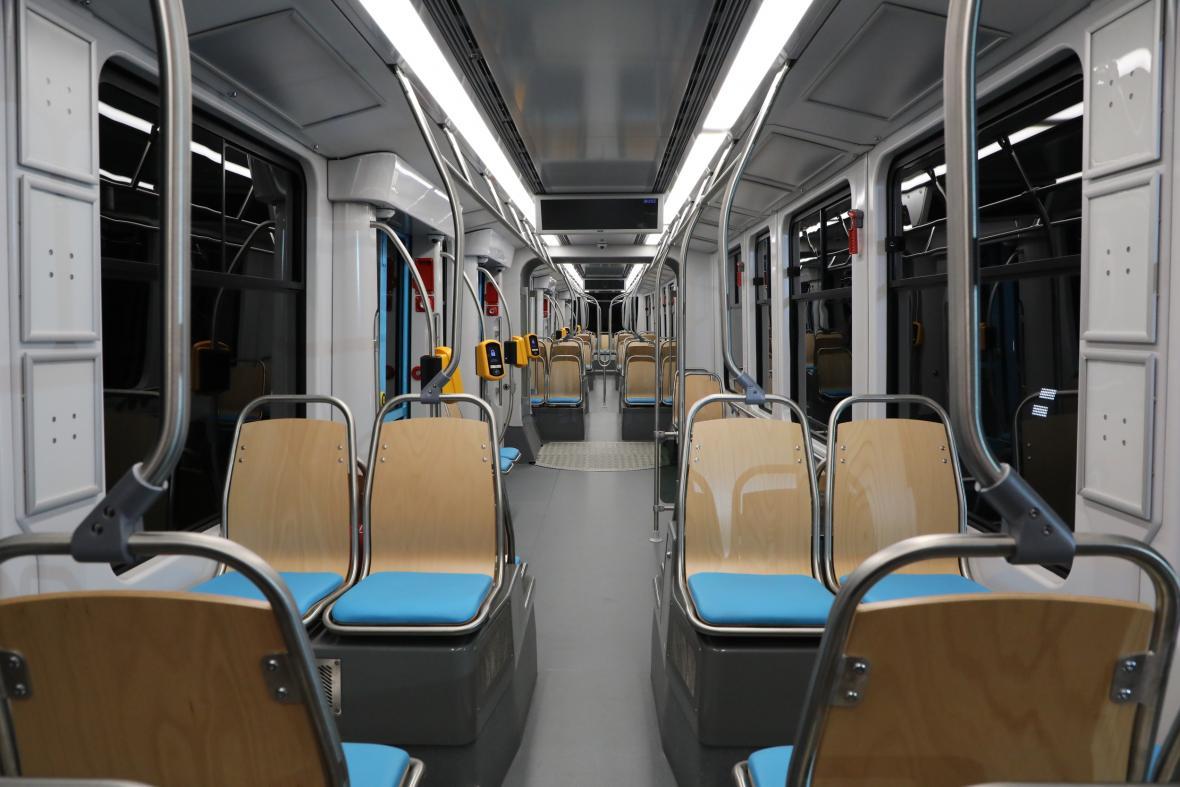 Interiér velkokapacitní tramvaje Škoda Forcity Smart 39T