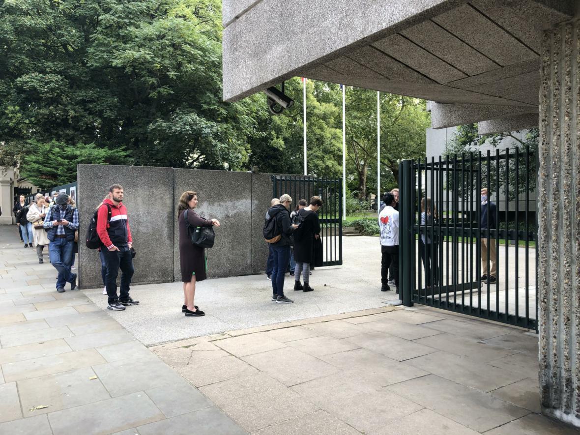 Fronta na volby před velvyslanectvím v Londýně