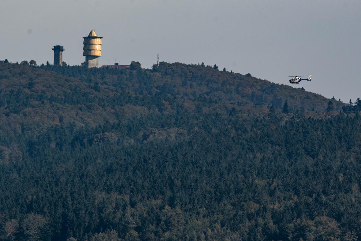Policejní vrtulník monitoruje hustě zalesněný prostor v okolí Čerchova
