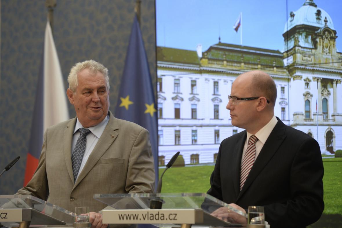 Prezident Miloš Zeman s premiérem Bohuslavem Sobotkou