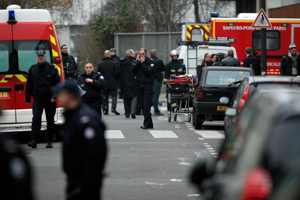 Záchranáři před redakcí Charlie Hebdo