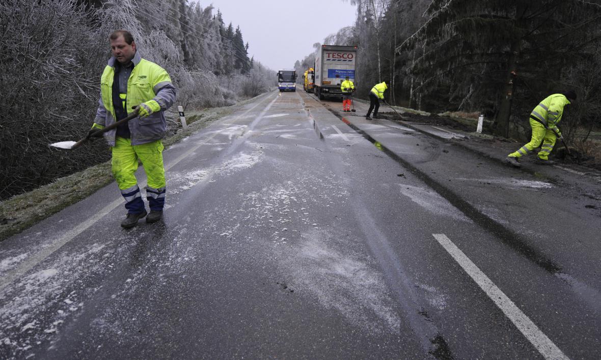 Silničáři upravují namrzlou silnici na Vysočině