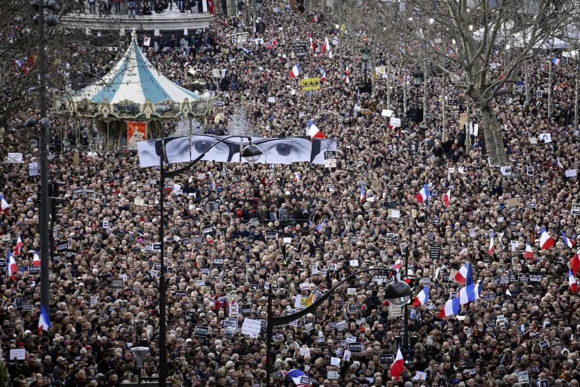 Přeplněné pařížské ulice při Pochodu jednoty