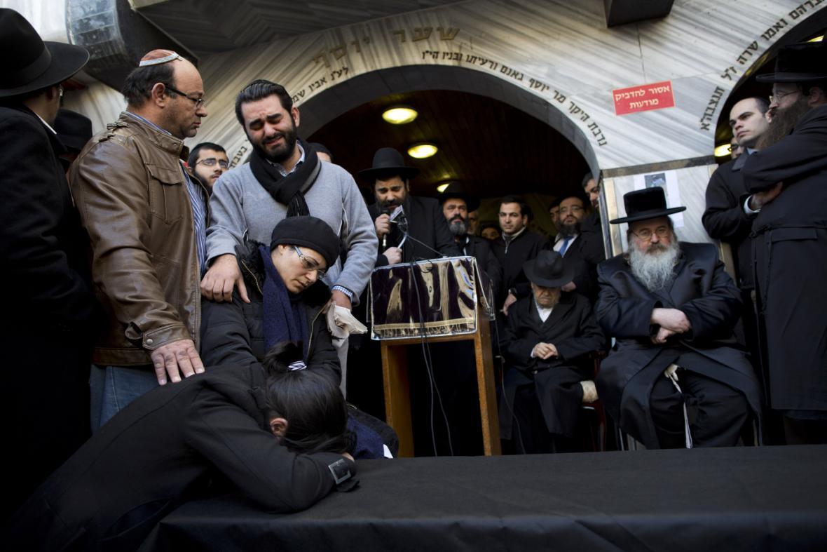 Rodina a příbuzní zabitých Židů při útoku v Paříži
