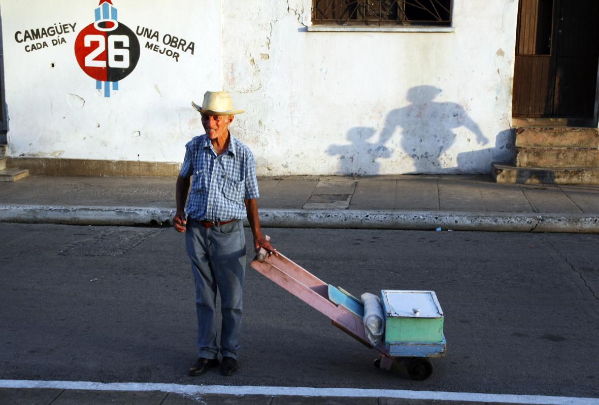 Pouliční prodavač domácích marmelád na Kubě
