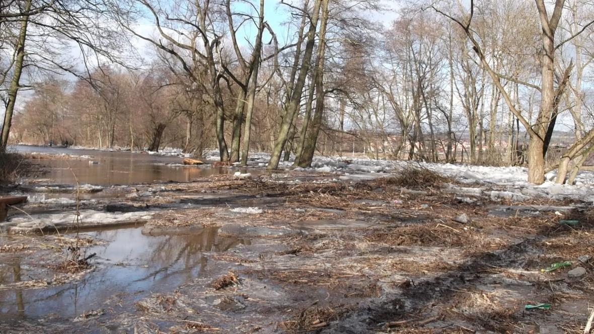 Kry nasměrovaly řeku do pole