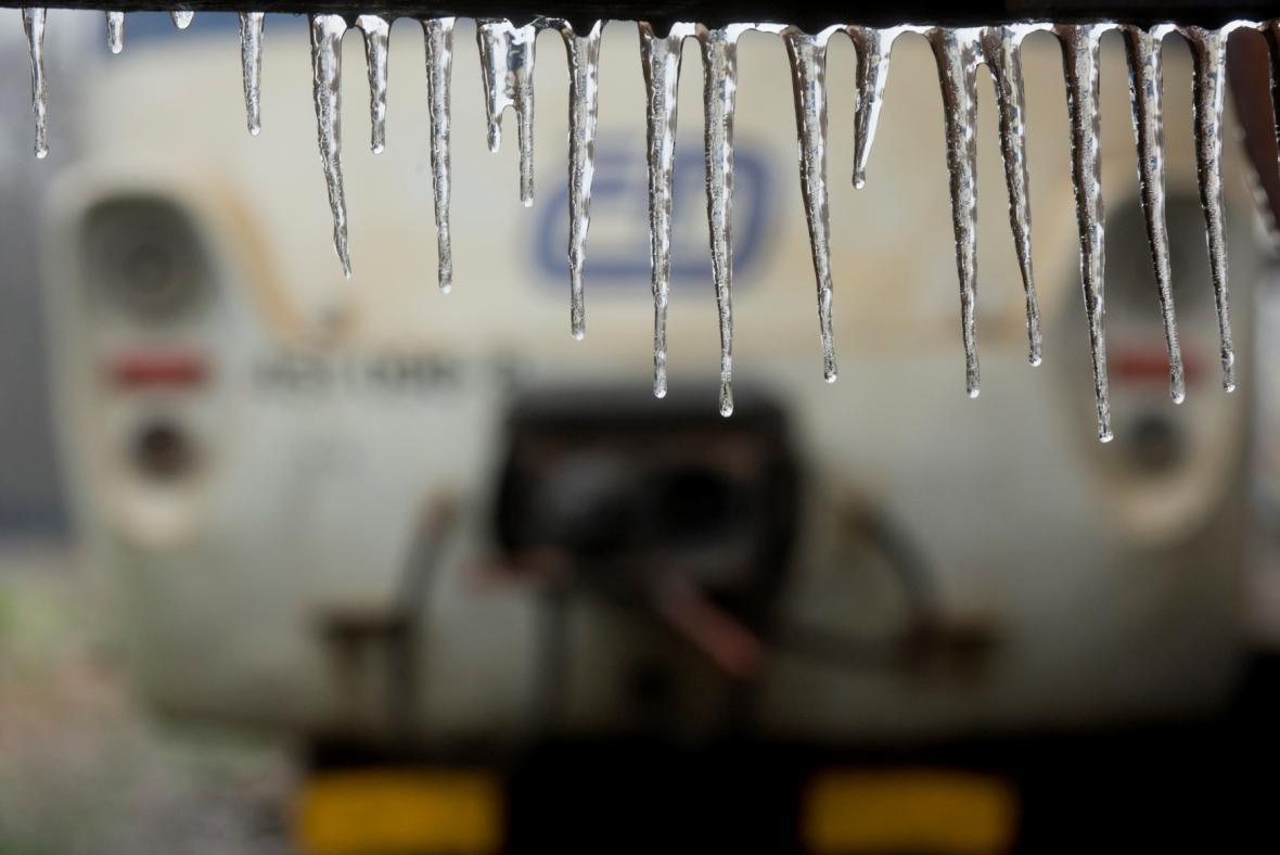 Ledovka zastavila dopravu na železnici