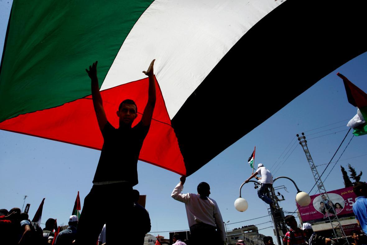 Muž s palestinskou vlajkou