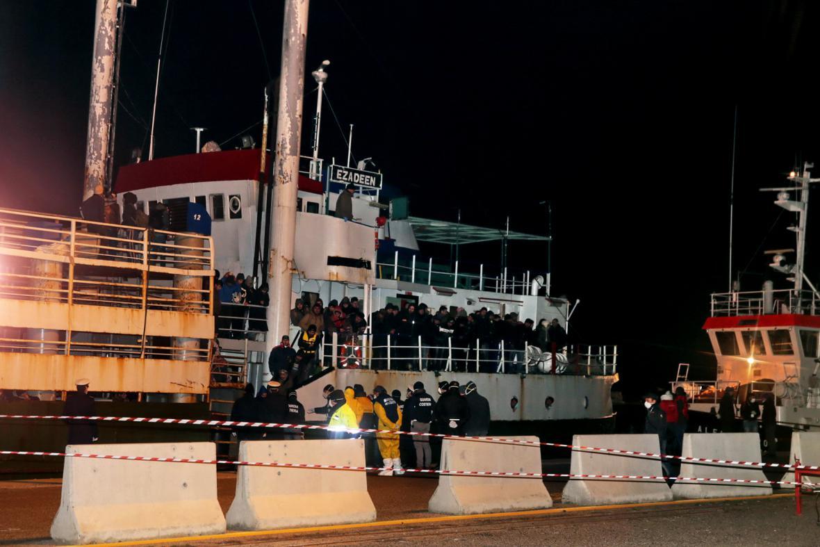 Loď Ezadeen se 450 uprchlíky dorazila do přístavu Corigliano