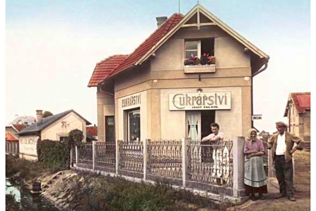 Otec Jana Palacha Josef Palach s rodiči před rodinným domem, 30. léta 20. století