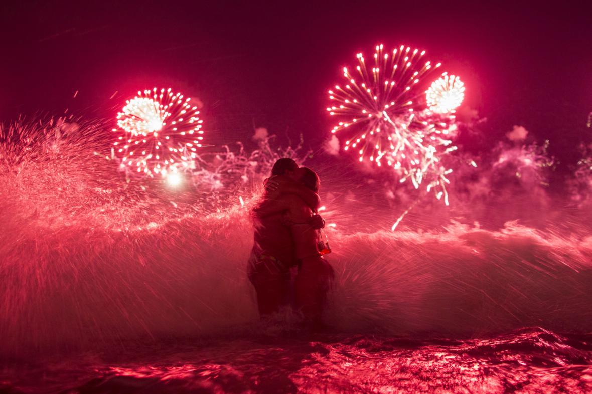 Novoroční ohňostroj nad pláží Copacabana v Riu de Janeiro