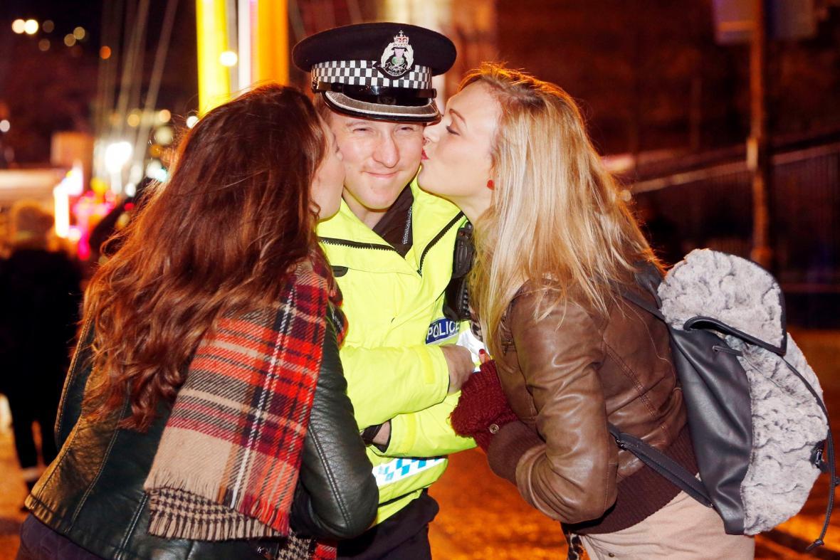 Takhle popřály dvě dívky vše nejlepší do nového roku policistovi v Edinburghu