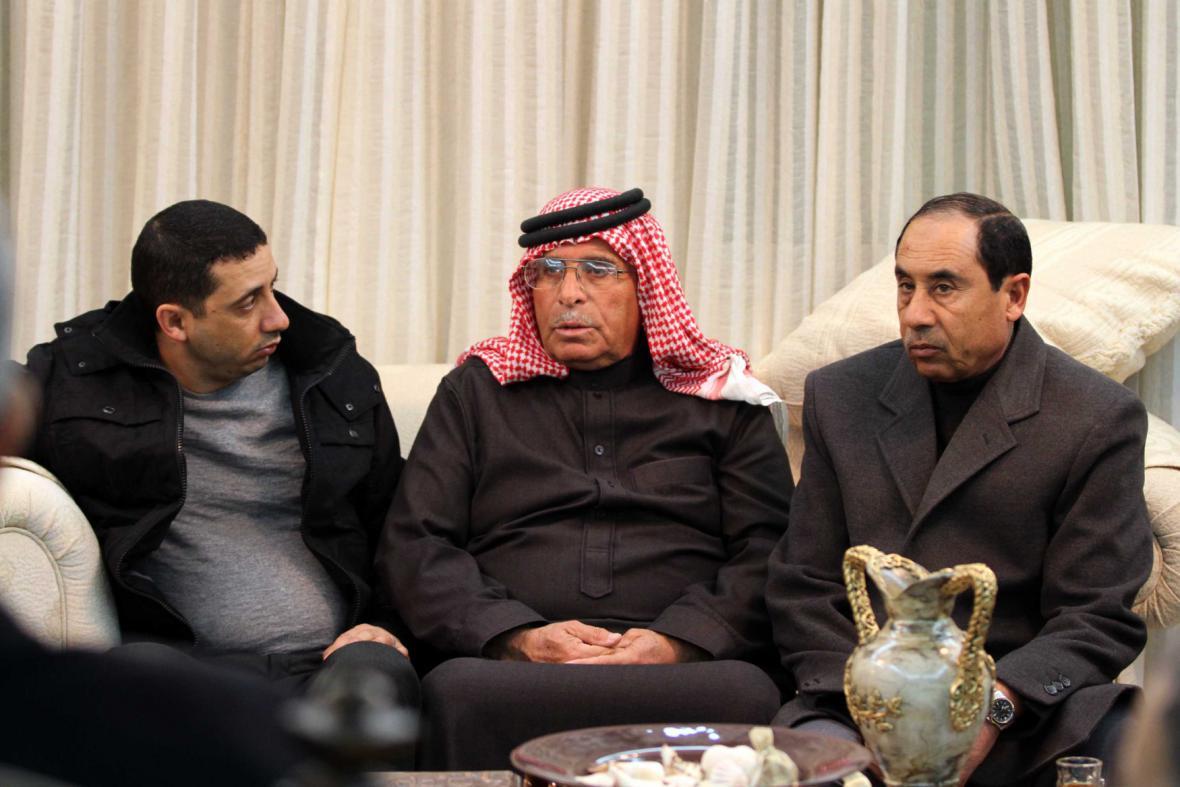 Otec (uprostřed) zajatého vojáka Maáze Kasásby