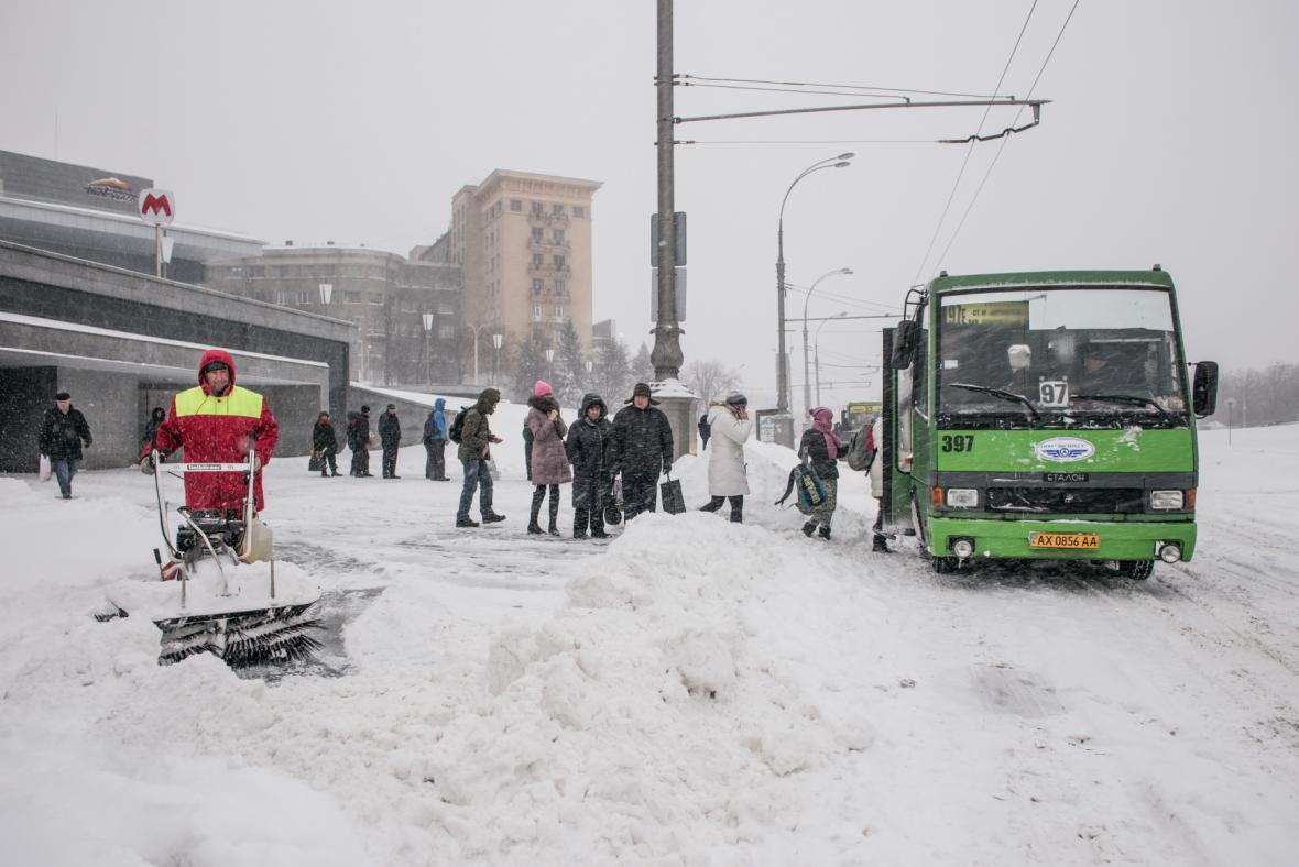 Sněhovou nadílku hlásí také Ukrajina. Na snímku centrum Charkova