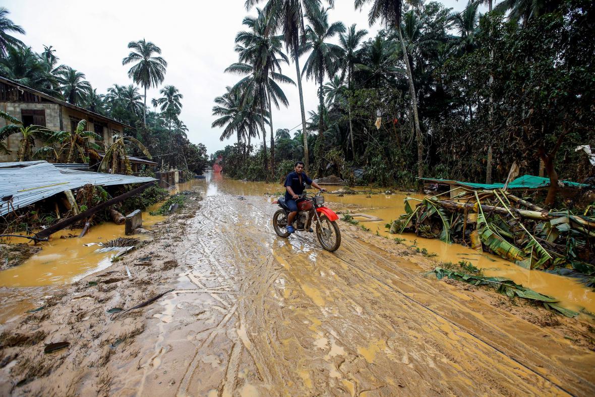 Jedna z malajsijských vesnic - zničená vylitím řeky Kelantan z břehů