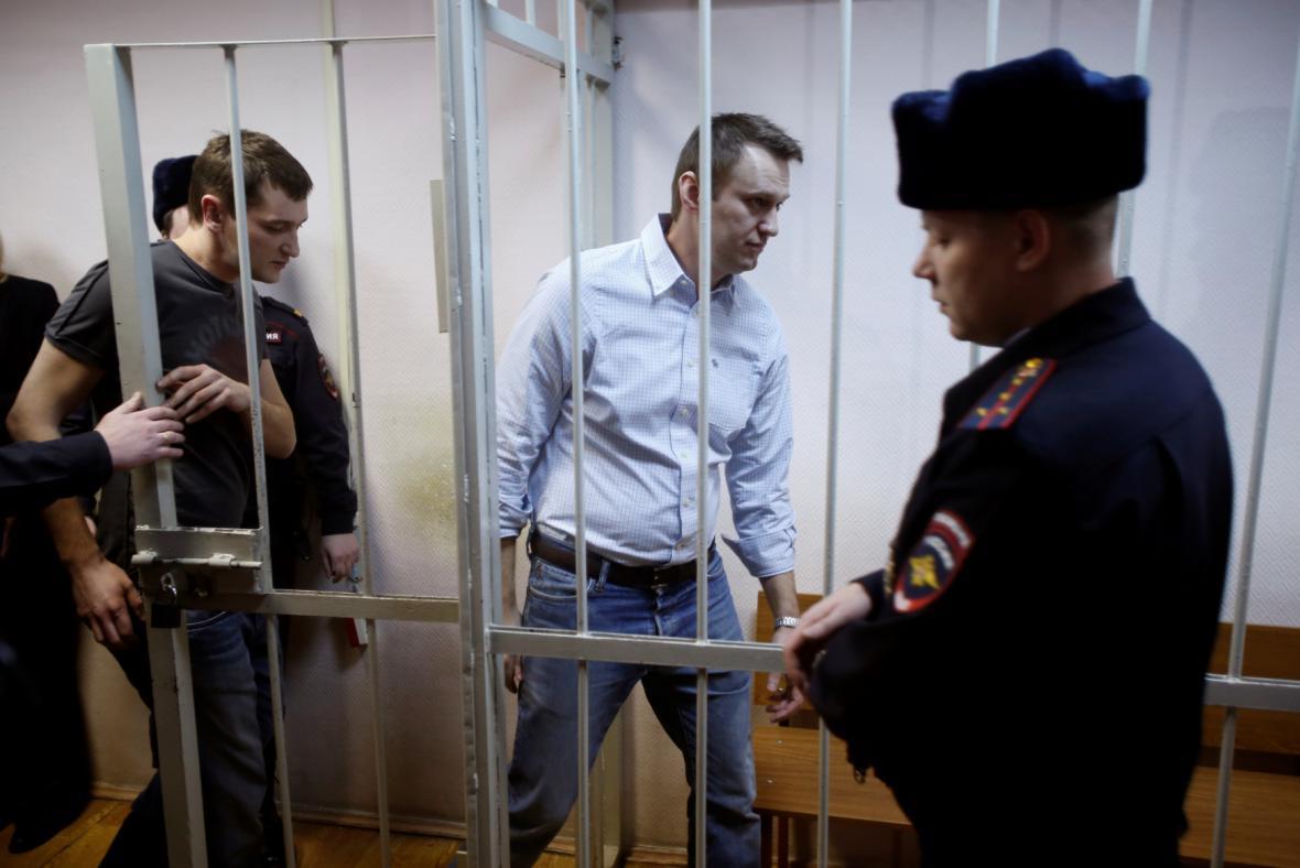 Alexej Navalnyj s bratrem u moskevského soudu