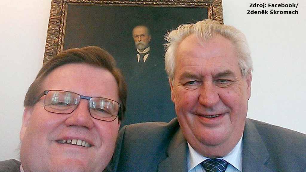 Selfie Zdeňka Škromacha s Milošem Zemanem před portrétem T. G. Masaryka