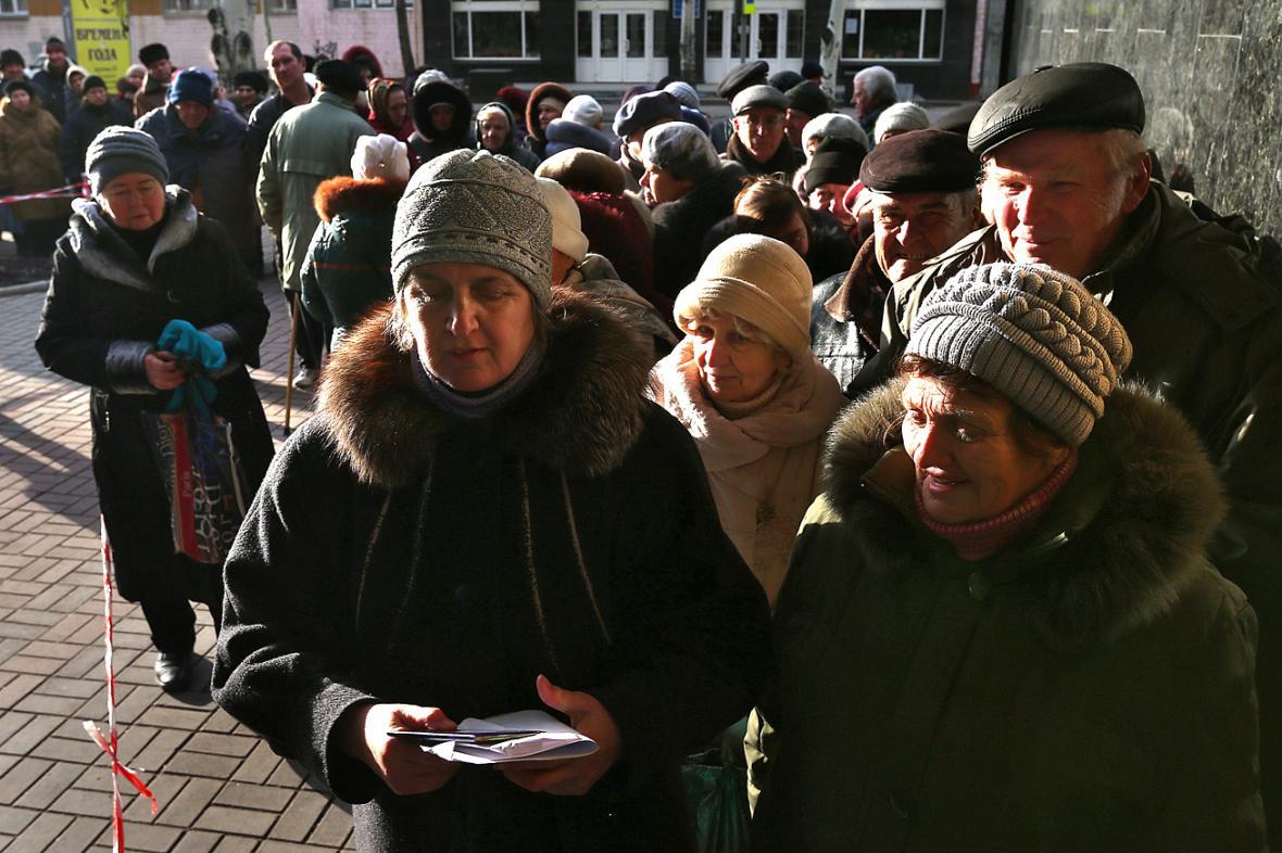 Ukrajinci ve frontě na výplaty dávek