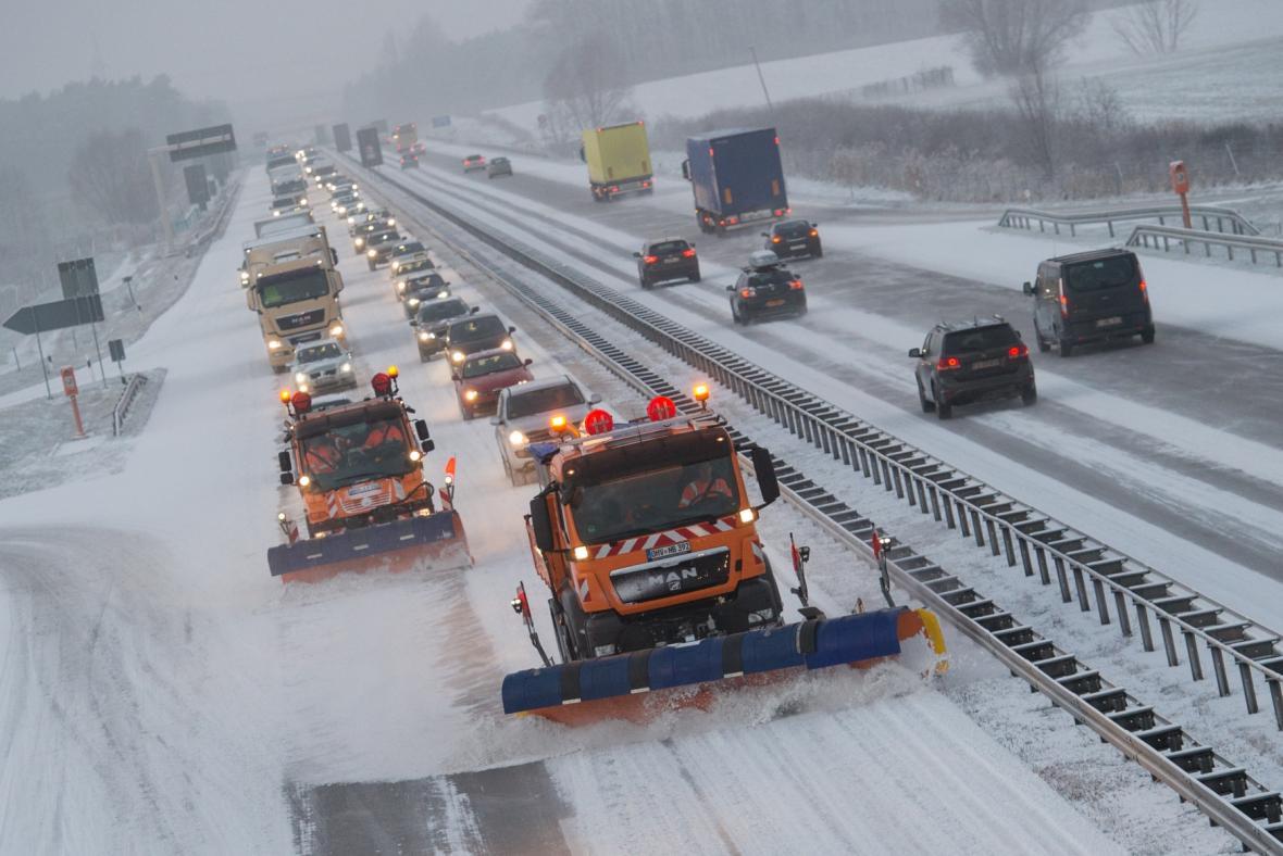 Silničáři odhrnují sníh z dálnice A12 v německém Braniborsku