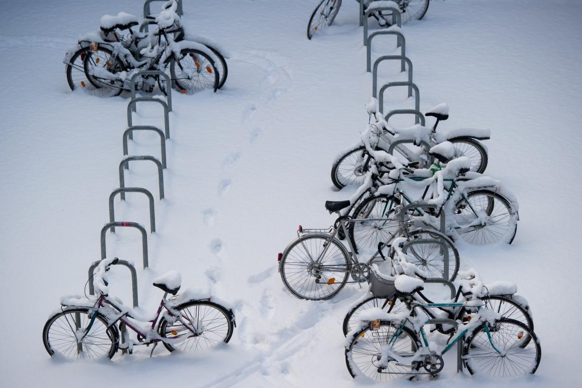 Zasněžená jízdní kola v centru Berlína