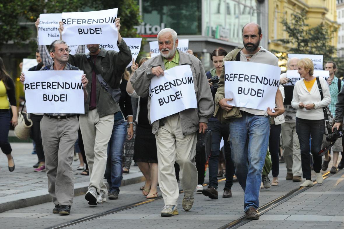 Manifestace za referendum o brněnském nádraží