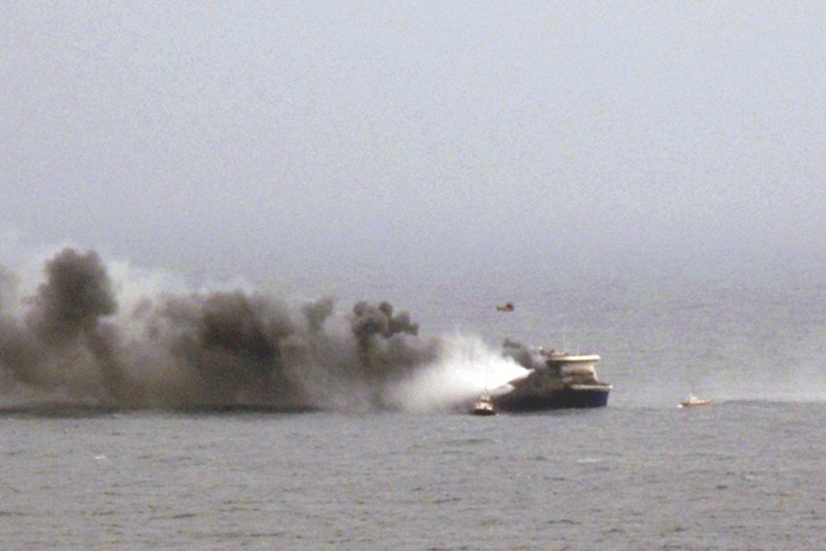 Stoupající kouř z italského trajektu Norman Atlantic