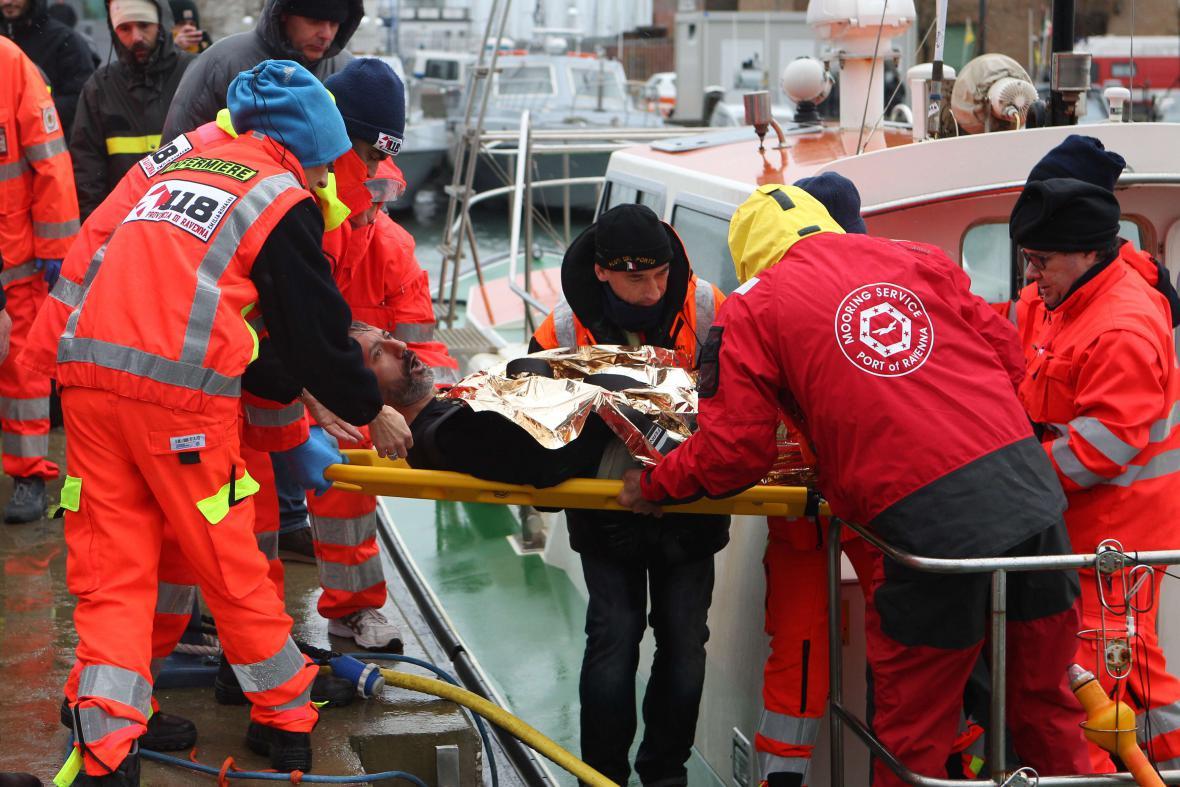 Záchrana námořníků poblíž severoitalského přístavu Ravenna