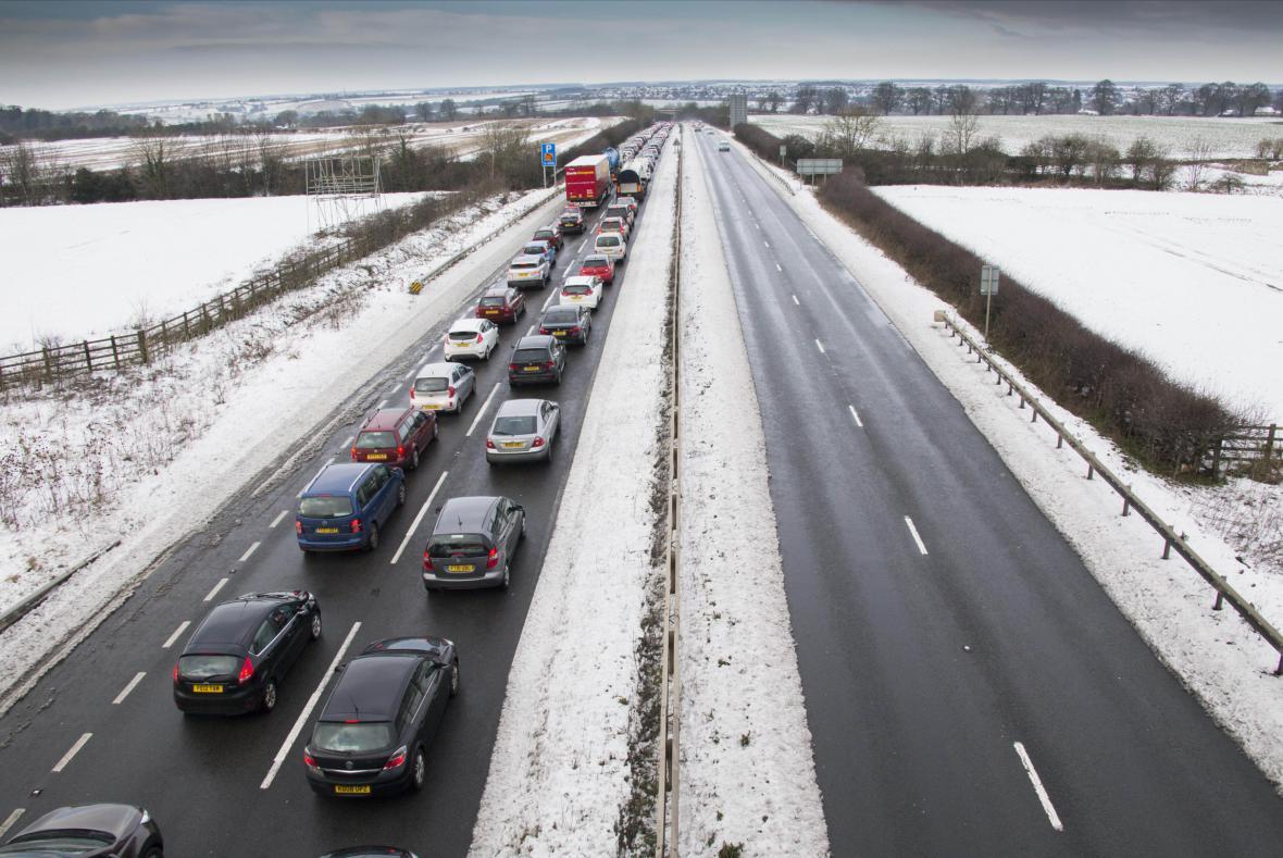 Sníh zkomplikoval život i britským řidičům