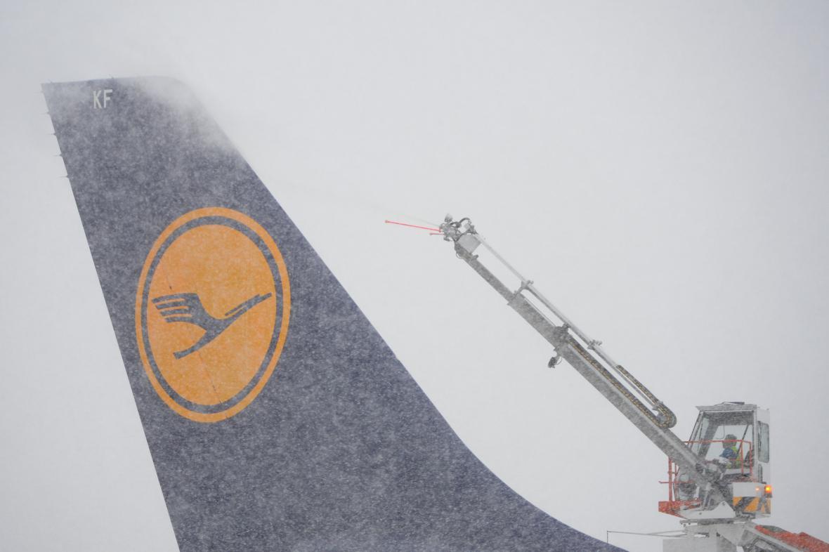 Rozmrazování letounu Lufthansy na frankfurtském letišti