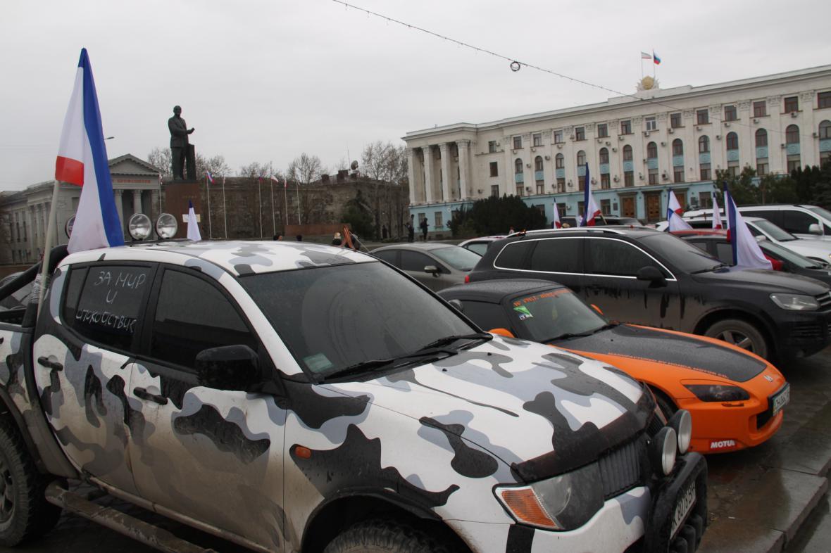Auto ozdobené vlajkou Krymské autonomní republiky