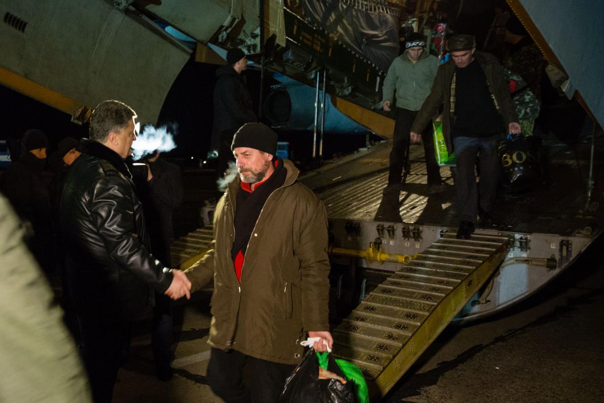 Ukrajinský prezident Petro Porošenko vítá osvobozené vojáky