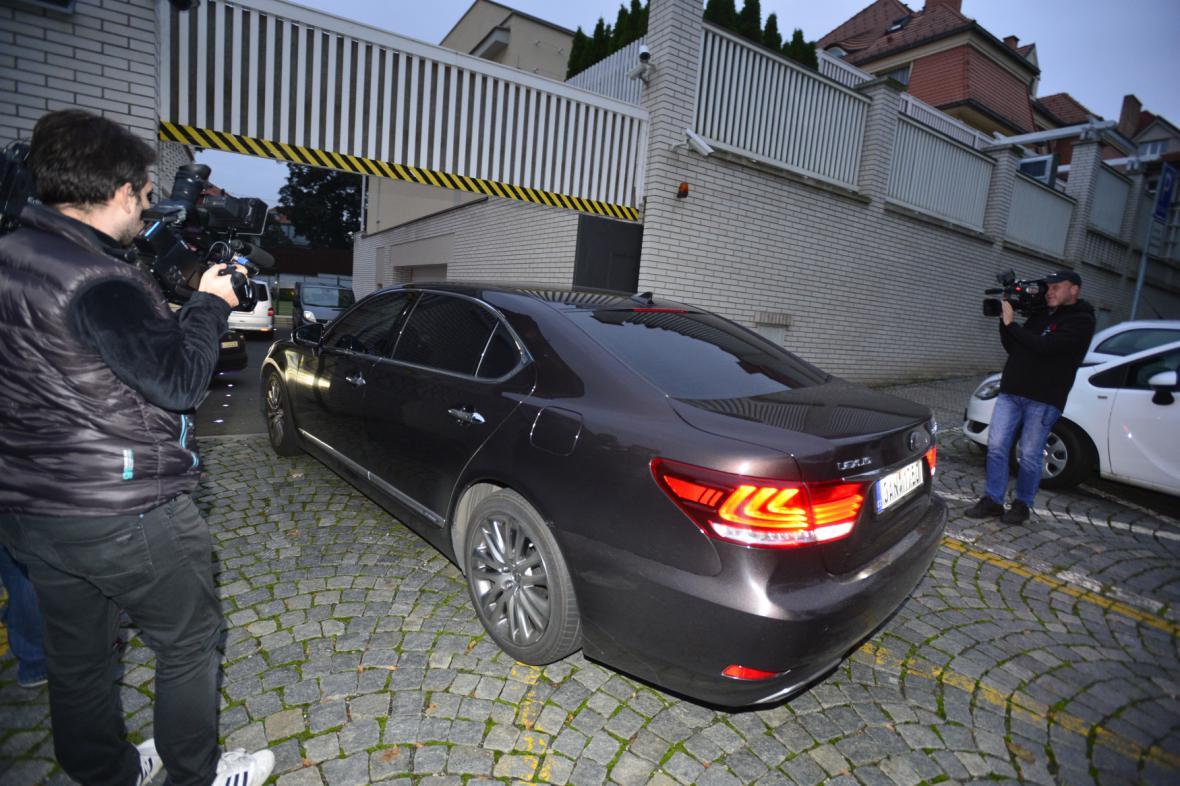 Novináři před vjezdem do rezidence lobbisty Ivo Rittiga na pražských Vinohradech