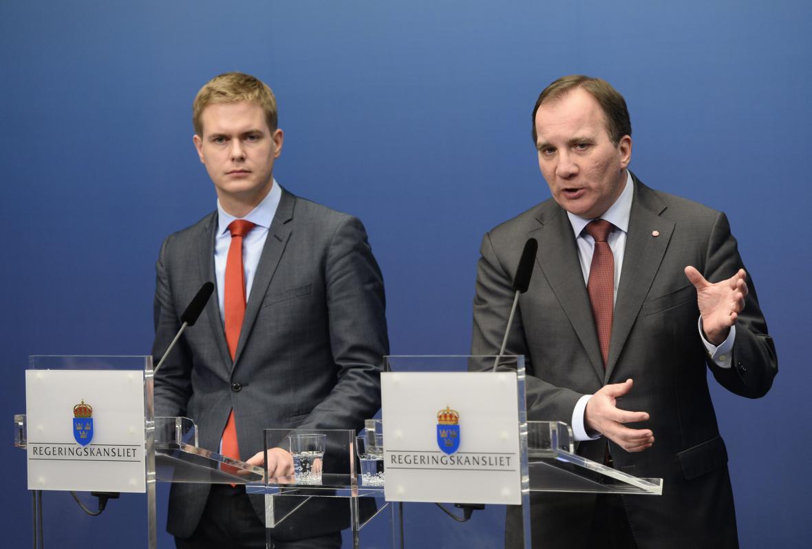 Švédský premiér Stefan Löfven (vpravo) a ministr školství Gustav Fridolin za Zelené (vlevo)