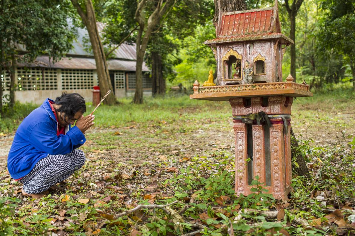 Přeživší žena se modlí za jiné oběti tsunami v Thajsku
