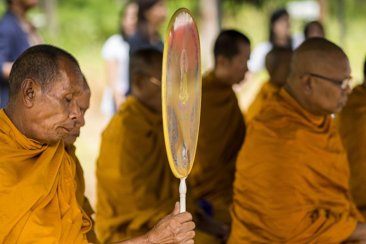 Buddhističtí mniši vedou vzpomínkovou bohoslužbu za oběti tsunami v Thajsku