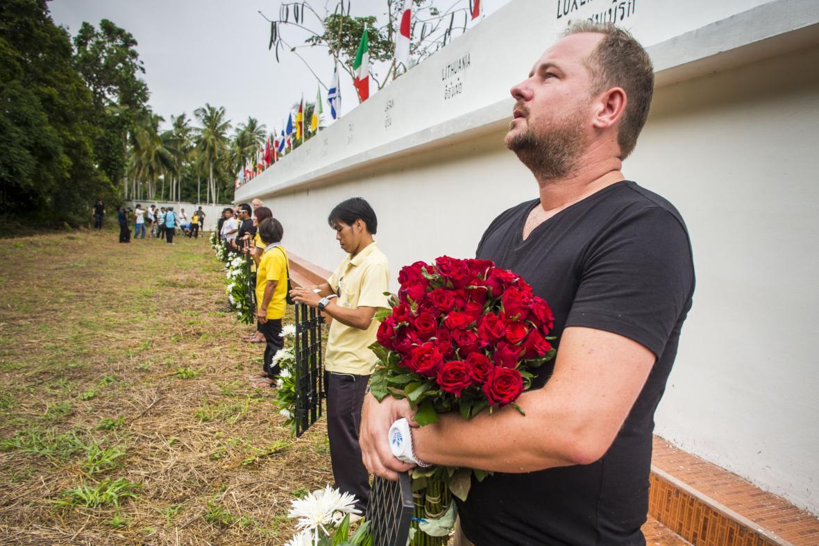 Přeživší Nizozemec přijel po 10 letech do Thajska uctít památku oběti vlny tsunami