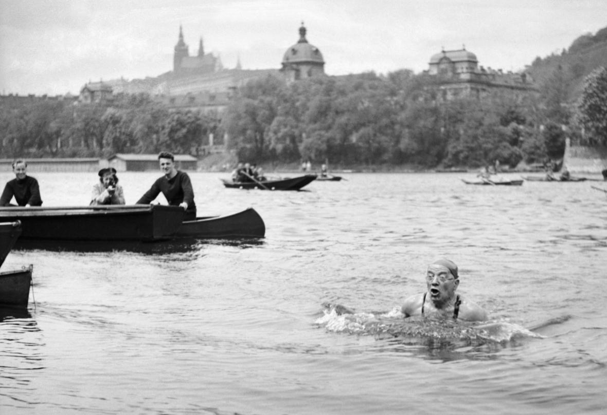 """Alfred Nikodém při závodě """"Napříč Vltavou"""" v roce 1938"""